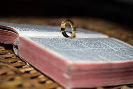 anillo y libro