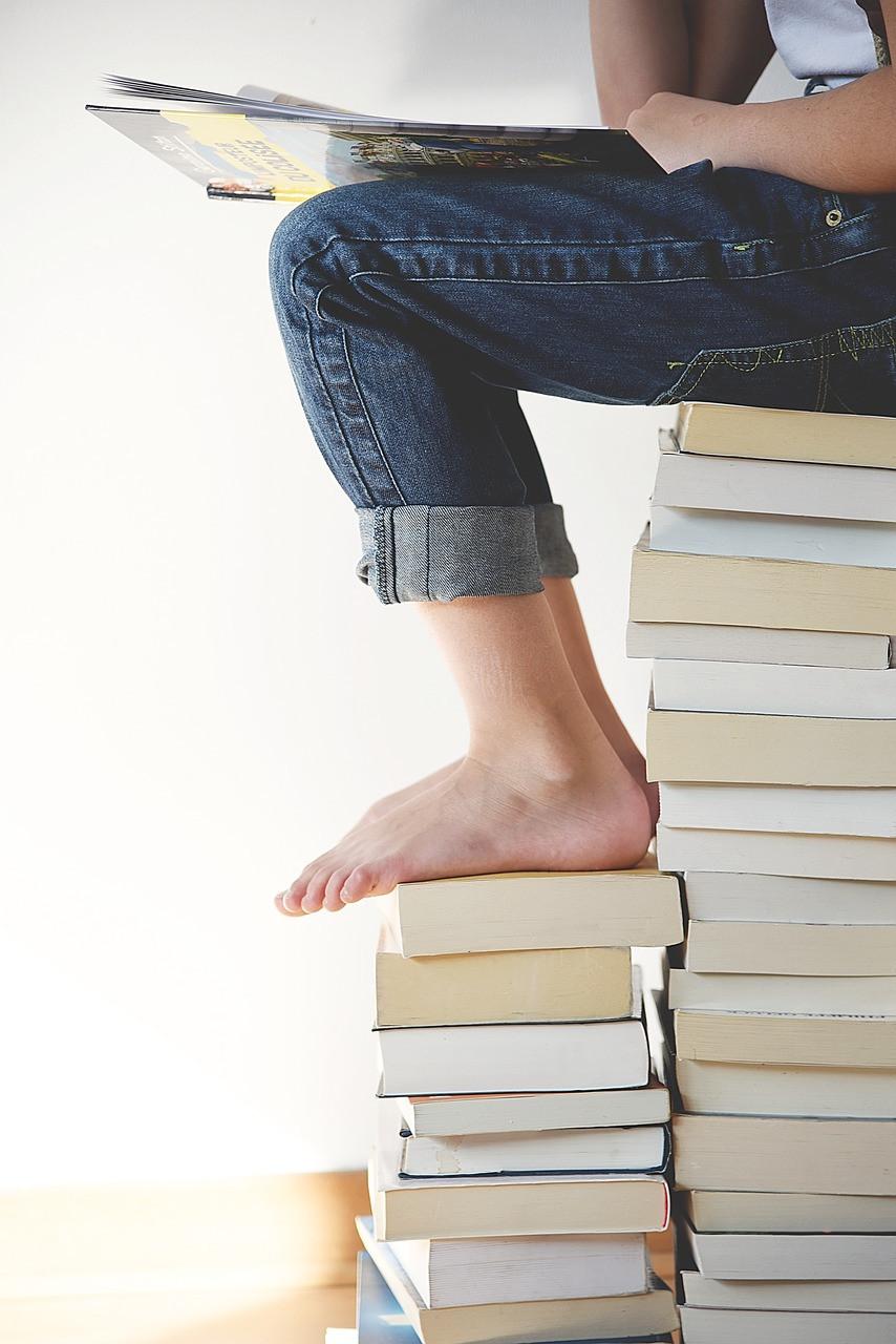 niña leyendo sobre libros