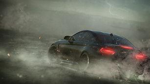 Coche de deportes en la tormenta