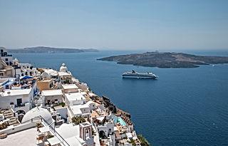 Eine Insel in Griechenland, Meer und ein Schiff. Hier kann man eine Sprachreise machen kann.