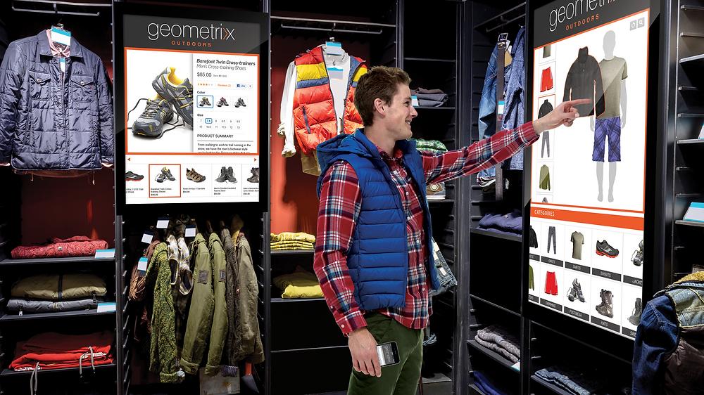 consumidor omnichannel usa recurso tecnológico em totem dentro da loja para compra on-line