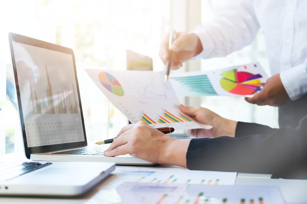 software de gestão. homens observam gráficos com relatórios de gestão