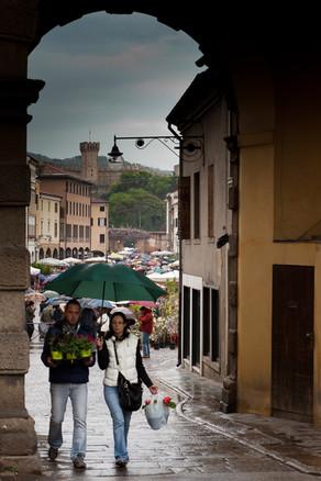 Este unbrella walking couple