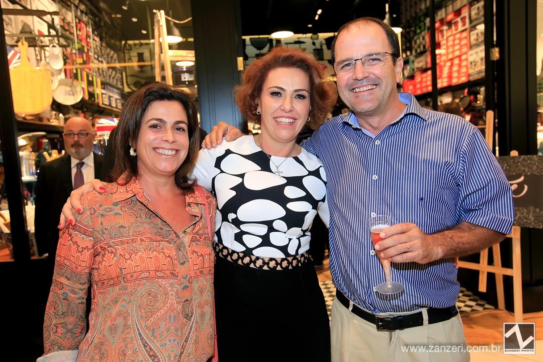 Carla e Ricardo Britto com Lais Poveda