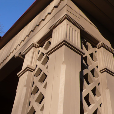 Atstatyta medinė pavėsinė Vilniuje, Rožių alėjoje. Atkurta pagal toje vietoje stovėjusios pavėsinės brėžinius ir nuotraukas.