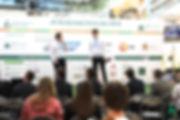 Fotka bývalého spolumajitele firmy a součastného majitele při prezentaci na JA Czech