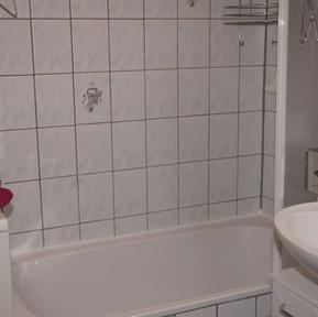 badezimmer-mit-waschmaschinebadewannewas