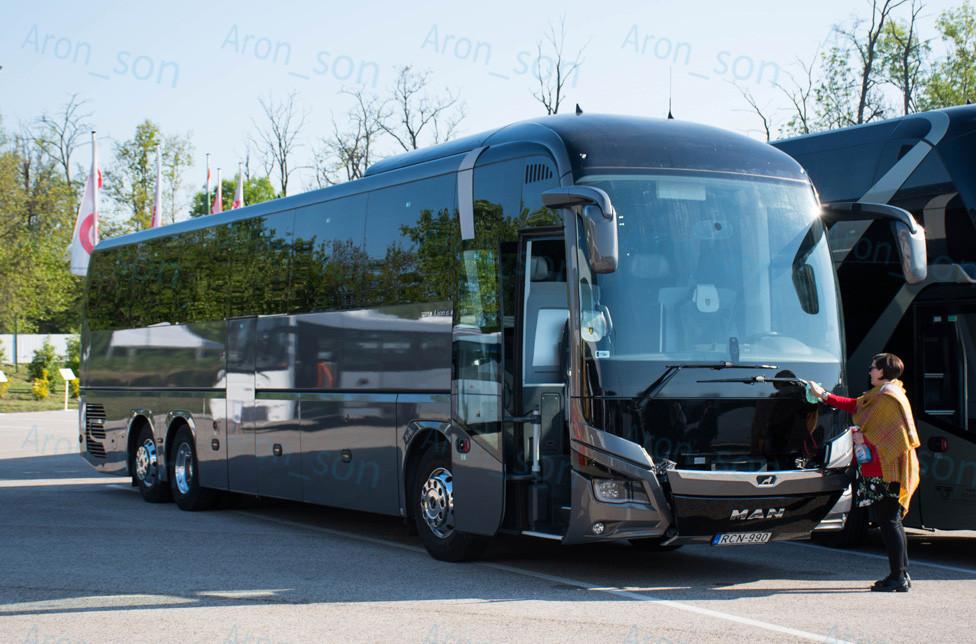 Utolsó simítások és törölgetések a luxus csapatbuszon.