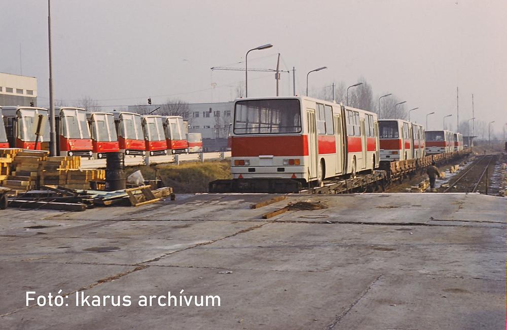 Közvetlen vasúti kapcsolata van a Keresztúri úton futó vágányokkal: a képen épp a 280.11-eseket rakodnak vasúti kocsira hajnalban.
