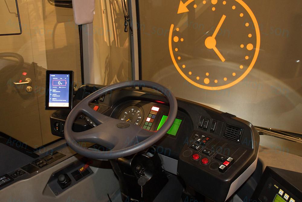 Balra a monitor az egyetlen új kellék a busznak ezen a részén.