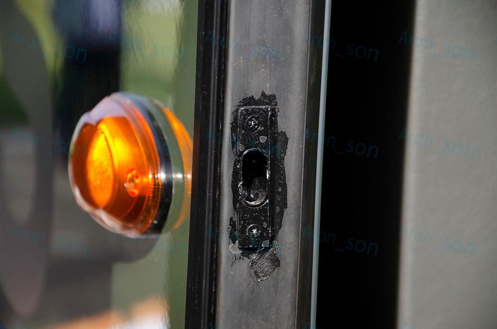 Eldolgozások #2, első ajtó zárszerkezet. Változás: lekenték ecsettel feketére.