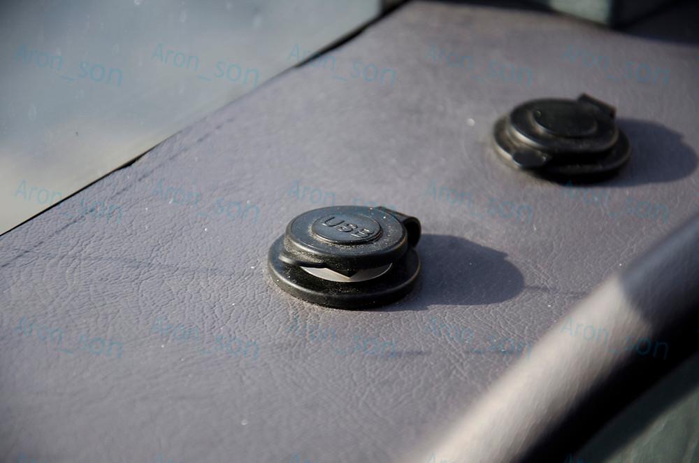 A vezetőtér környezetében használt bevonat (műbőr) olcsó hatású ugyan, de az USB töltőpont egy nagyon jó ötlet volt, noha manapság már 'alap', mégsem minden hazai gyártó lépi meg a telepítését. (Itt viszont az utasoknak is jutott.)
