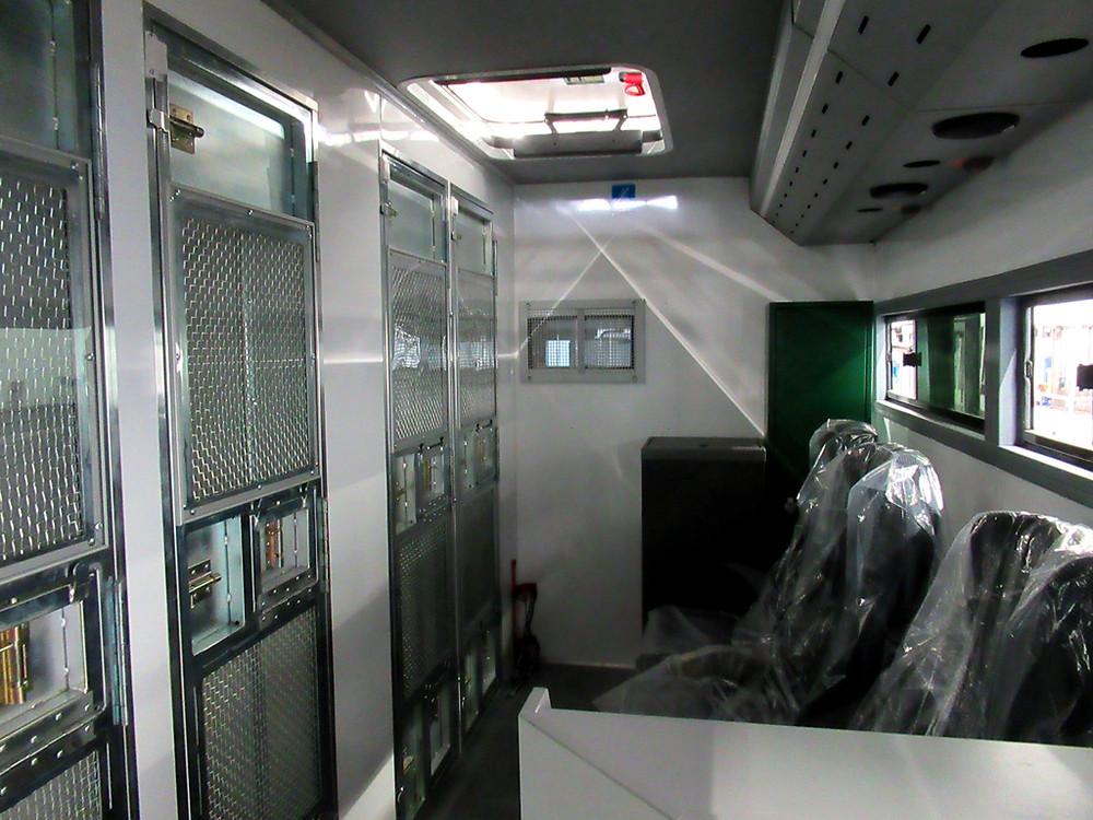 A második ajtótól előre található 'zárkák' és a kísérőszemélyzet helyei.