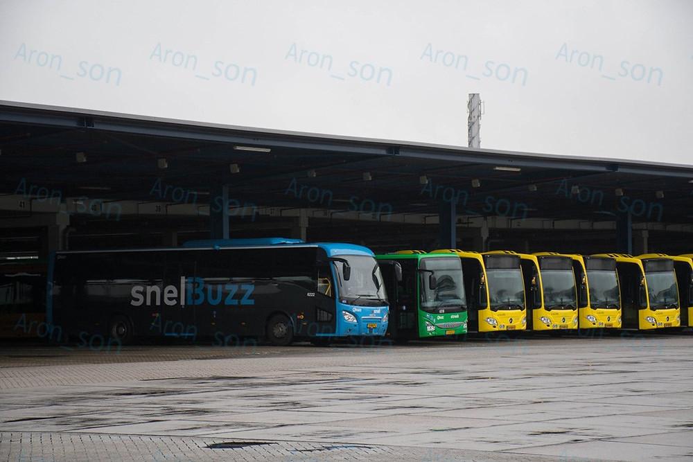 Scania-Higer A30 távolsági, mellette helyközi Crossway, a sárgák pedig Utrecht helyi.
