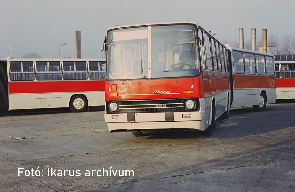 Repassz-tevékenységre váró Ikarus 280.11-esek 1979/1980 környékén a telephely Újszász utcához képest 'hátsó' részén.