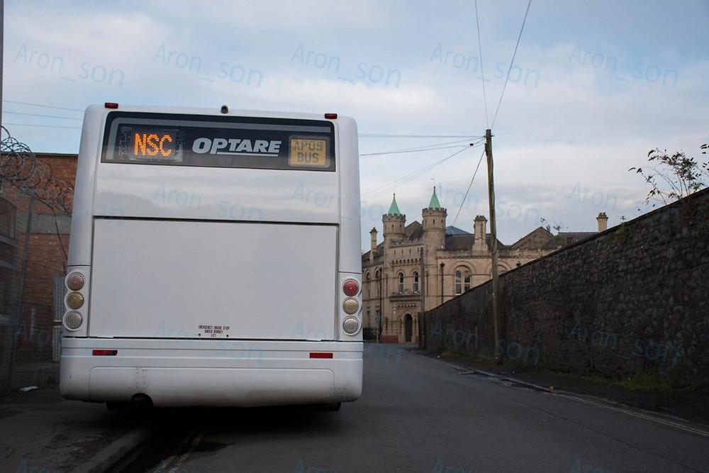 A charter-busz a 'ház előtt' várt.