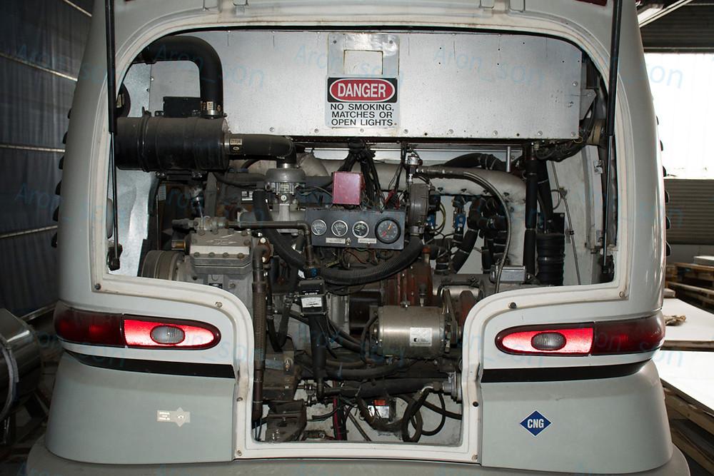 A motortér. Balfelén középtájt keresztben található a gázmotor, tőle jobbra a generátor.