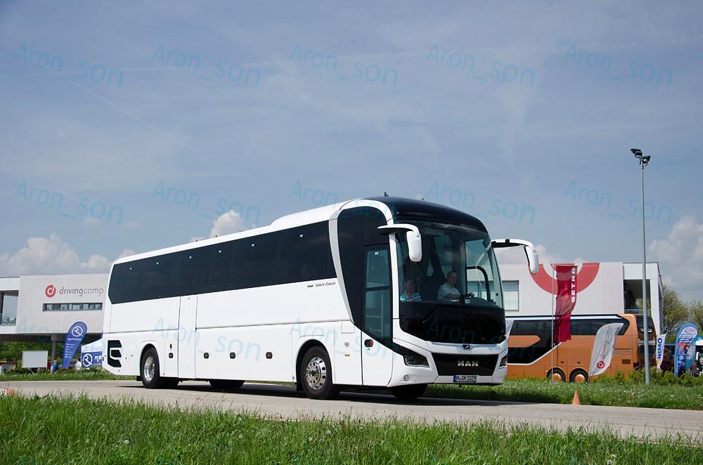 Vezethető buszként ezt a Lion's Coach-ot hozták.