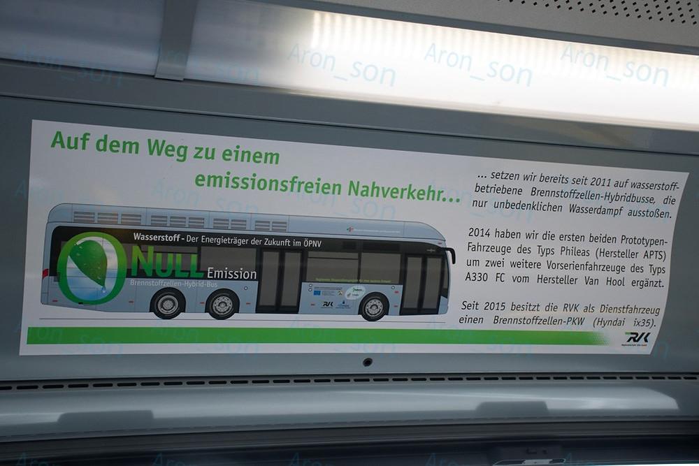 Hirdetés a busz utasterében.