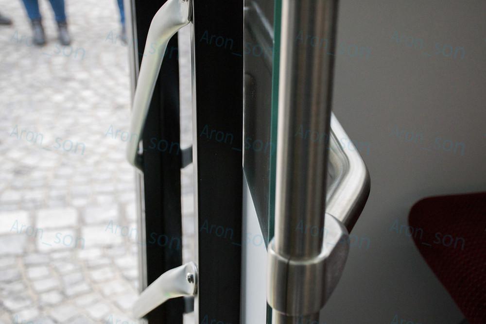 A 2-es ajtó mindkét szárnya a szélfogónak teljesen nekifeszülve (1-es, 3-asnál nem volt ilyen).