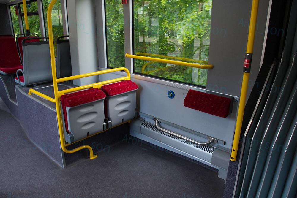 3-as ajtóval szemközt állóhely, 2 lehajtható üléssel és fenéktámasszal az oldalfalon.