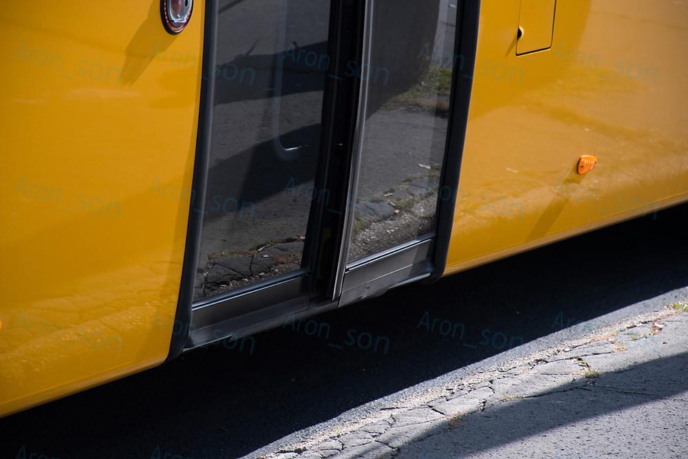 Az első napos buszon az egyik ajtó még/már beállításra szorul.