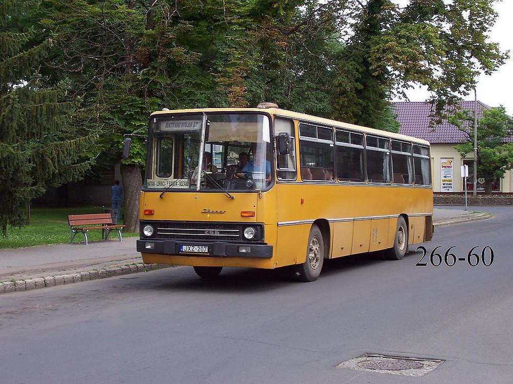 Több évtizeden keresztül a hatvani utcakép jellegzetes és állandó résztvevője volt a sárga 266-os. A képen a JXZ-207 (ex BPK-854, gyártási év: 1989) Fotó: 266-60