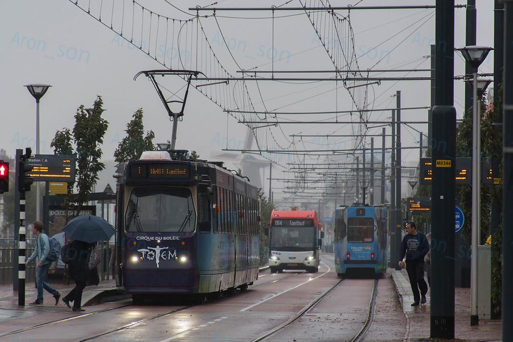 Villamos és villanybusz egy pályán Delft-ben.