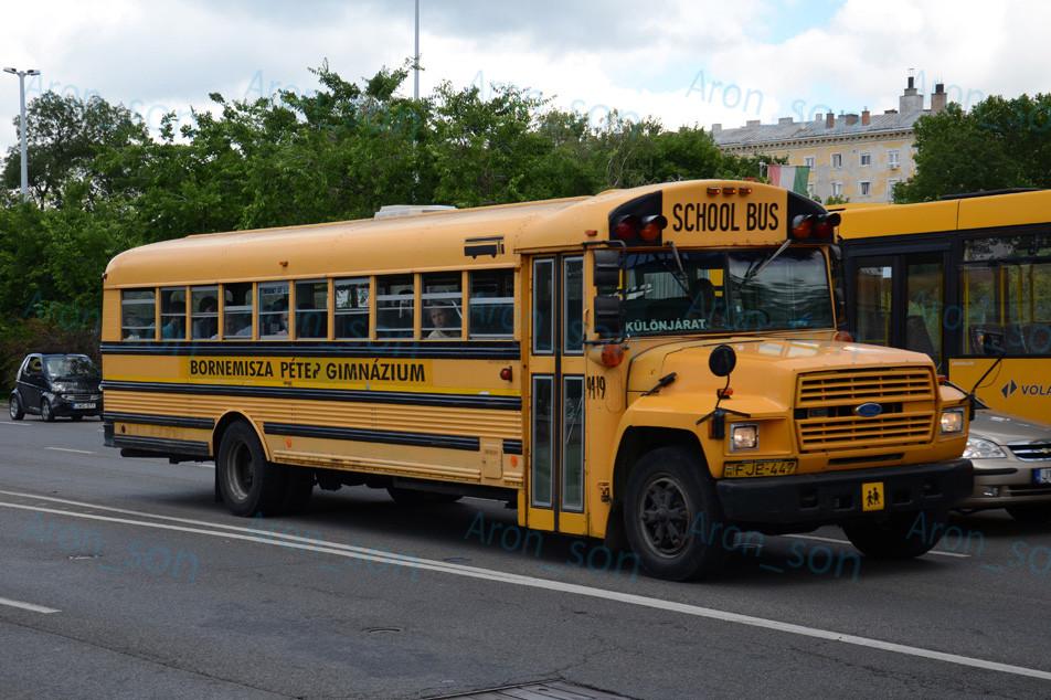 1985-ös évjáratú, New Yorkból vásárolt, Ford B700 alvázra karosszált 'tipikus' amerikai iskolabusz.