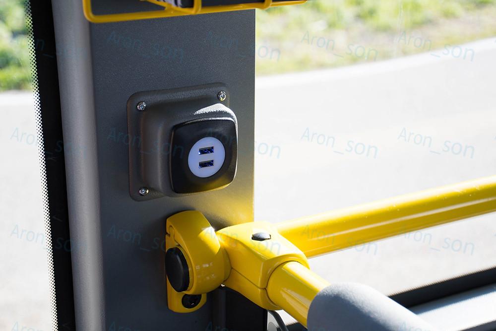 USB-töltőpontok a függőleges oszlopokon.