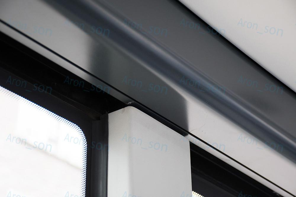 A klimatizált levegőt közvetlenül az ablakokra fújja, ebből a sötétszürke csatornából.
