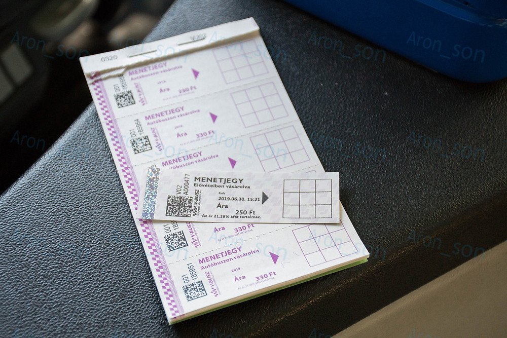Felül automatás jegy, alul járművezető által árusított tömb.