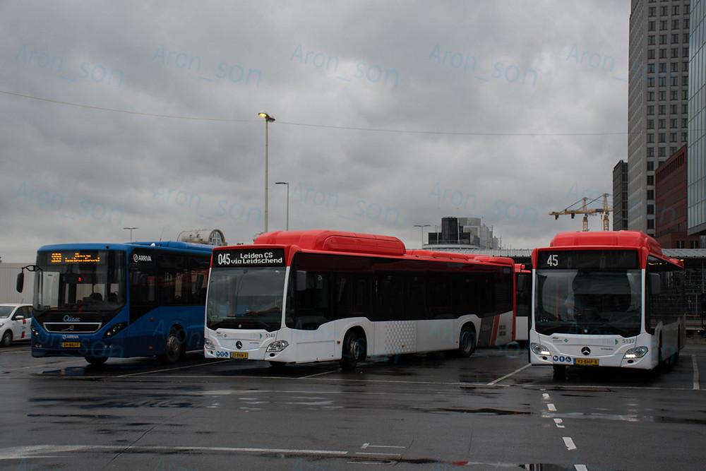 Den Haag CS (főpályaudvar). Baloldalt egy Arrivás 8900LE, a két egy hónapos C2 NGT Hybrid mellett.