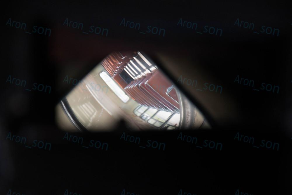 A vezetőnek van egy 'periszkópja' az emeletre, ezt lehet látni a gkv. ülésből.