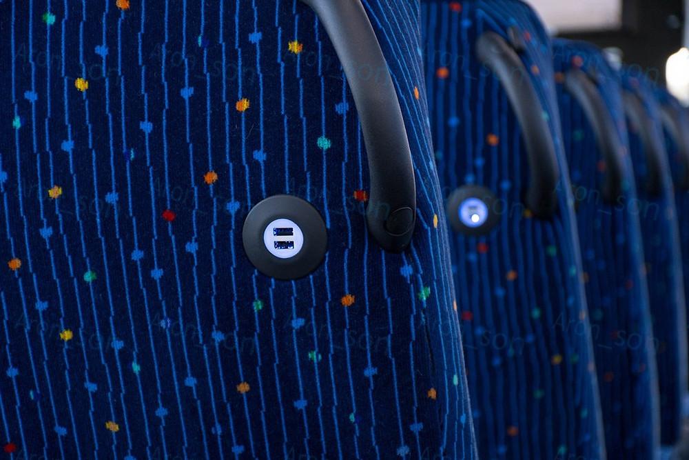USB-töltőpontok az ülések háttámláján.