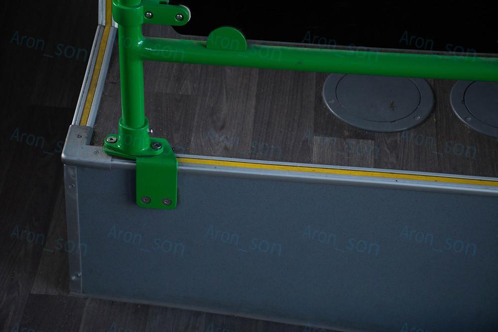 Egy függőleges korlát alsó rögzítése a dobogón.