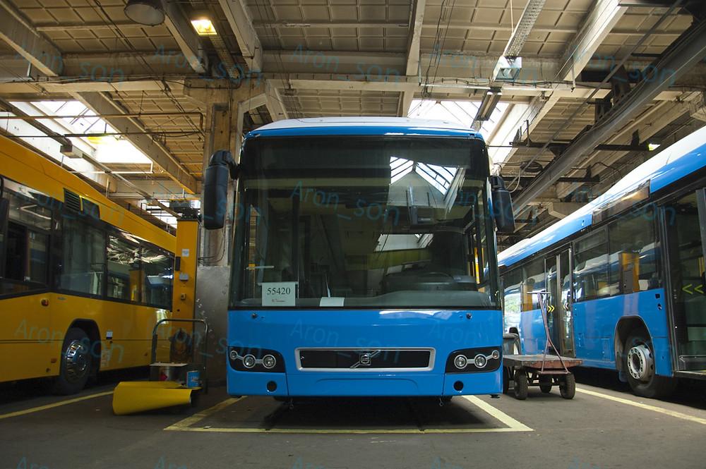 És nem csak a 'főcsarnokban' álltak buszok látogatásom alkalmával: az egyik kisebb helységben is 6 busz állt.