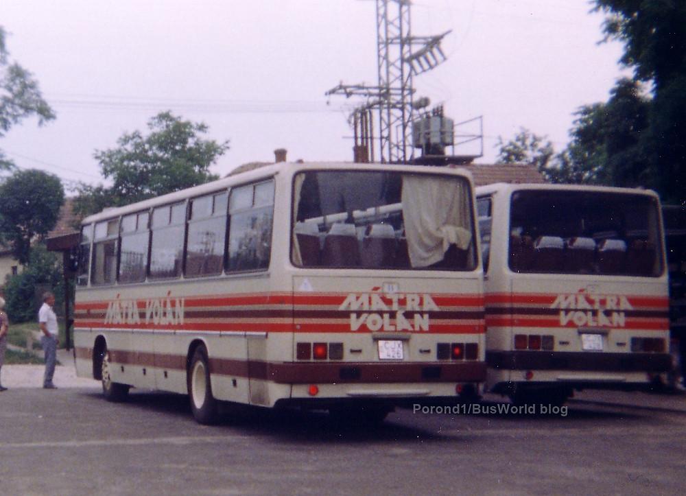 CJX-426 és CJX-428 (mindkettő 1989, eredetileg BY-47-97 és BY-47-96) a gyári Mátra Volán csíkozással