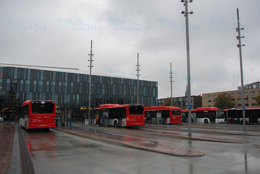 Delft Station előtti buszállomás. Ide átjár a RET (Rotterdam) busza is, gyakorlatilag egybeépültek a városok.