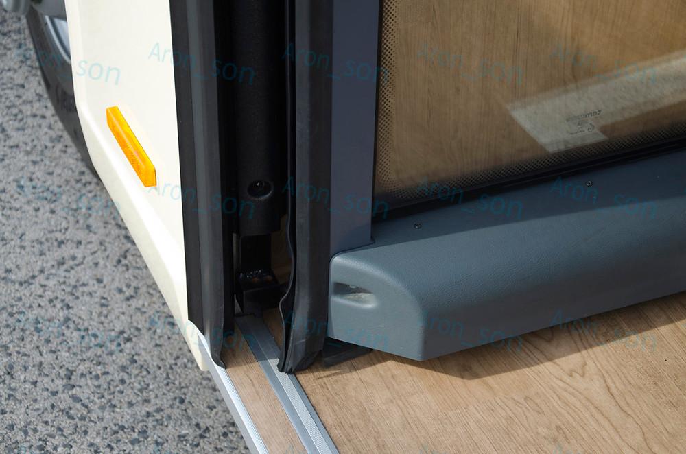 Az első ajtó befelé nyílik, és külön pozitívumként emelném ki, hogy kellően süllyesztve van a külső síkja a karosszéria síkjához képest, így a visszapillantó tükör használatába nem zavar (lóg) bele.