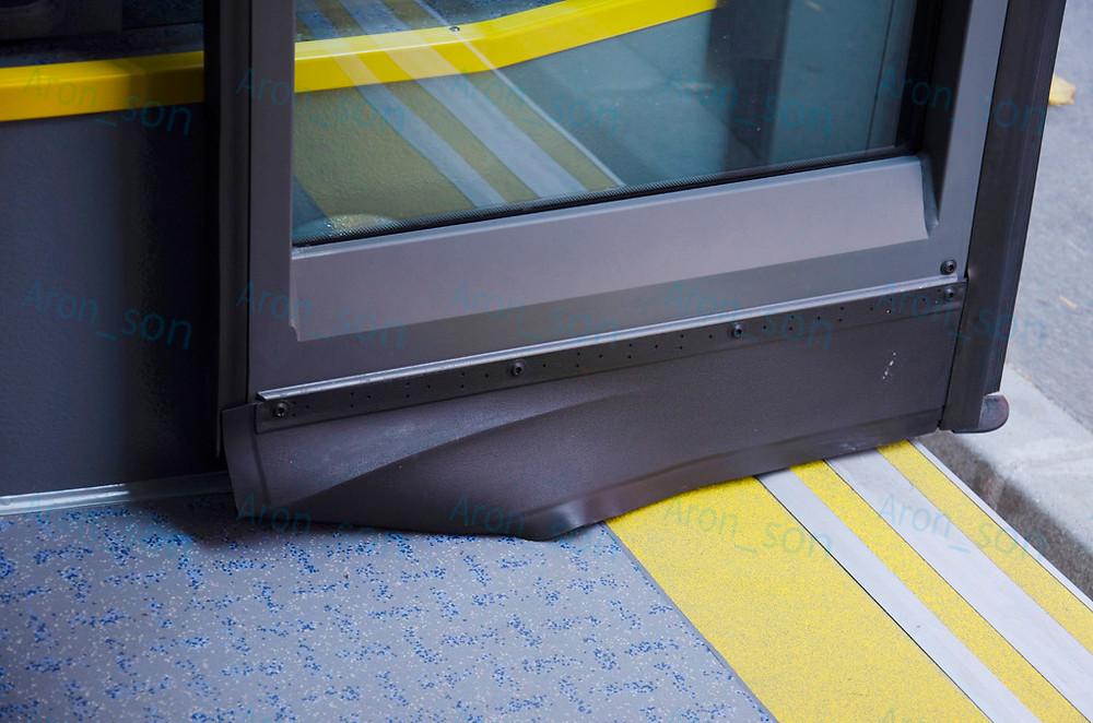 Conecto.<br />Belül (az utastérben) is gumi elem takarja el a rudazatot, ami gyűrődik nyitáskor.