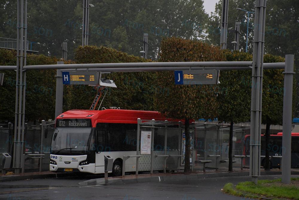 Zoetermeer helyi járatán Centrum-West állomáson épp töltekező LLE-99-es.