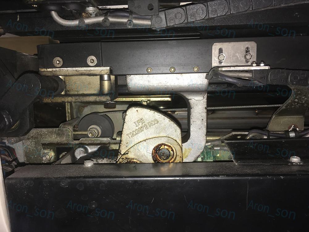 Az ajtólap felfelé van a képen. A középen előtérben lévő tartókonzol húzza be (és nyomja ki) a két ajtólapot megvezető sínt.