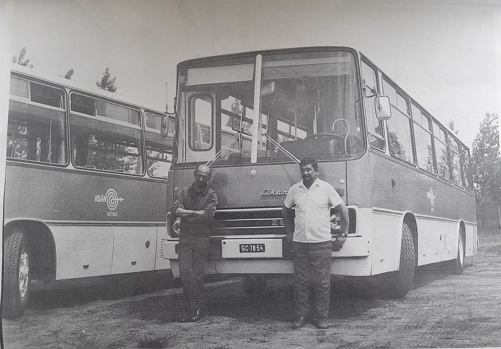 Gépkocsivezetők a 'panoráma' előtt.<br />Kép: Hatvani Volán archívum