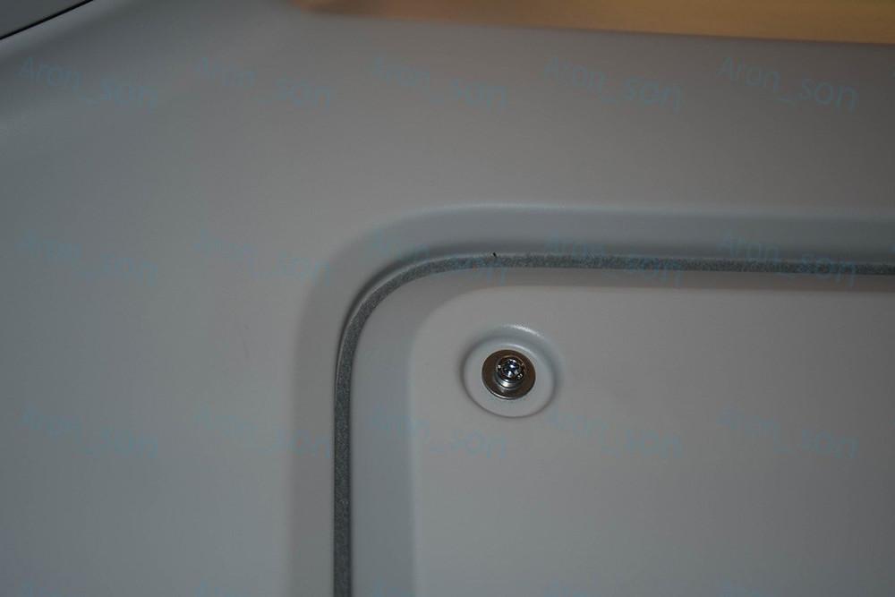 Motorsátor belső szerelőfedele alatt külön szivacstömítés.