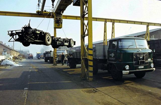 A fenékvázak egyik szállítási módja a nyerges teherautók alkalmazása. Kép forrása ismeretlen.
