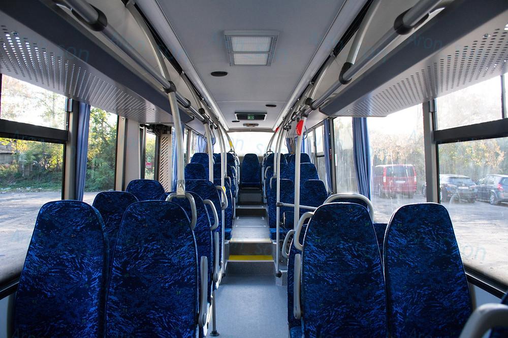 A peronrész előtt van két darab, fellépéstől mentesen elérhető ülőhely.