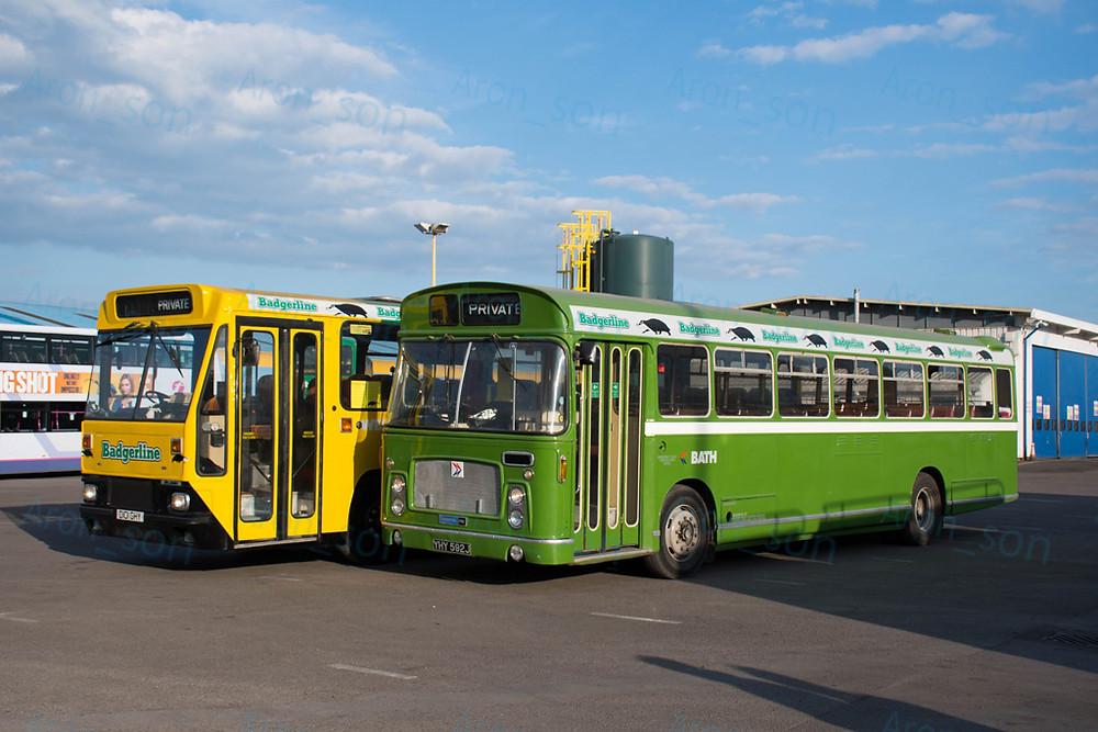 Érkezés után a két charter-busz a telephelyen. Jobbra egy Bristol RELL6L 1970-ből.