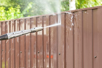 cleaning-fence-with-high-pressure-power-