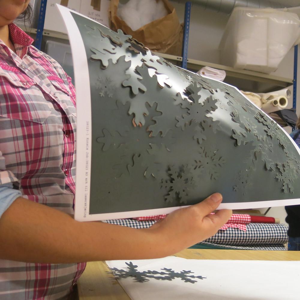 Stephanie er blitt en mester i å trykke ut delene fra arket.